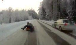 Internetā populārs kļuvis pārgalvīga latvieša 'ziemas prieku' video