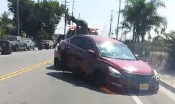 Video: Evakuators ASV turpina vilkt auto, kamēr īpašnieks mēģina to atāķēt
