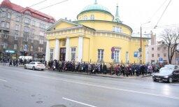 Foto: Ļaudis Rīgā atvadās no populārā satīriķa Mihaila Zadornova
