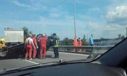 Video: Uz tilta Rīgā vēkšpēdus apgāzies BMW