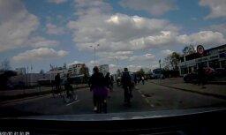 Video: 'Kritiskā masa' nokaitina autovadītāju Purvciemā