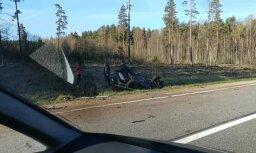 ВИДЕО: Авария на Лиепайском шоссе - Nissan перевернулся на крышу