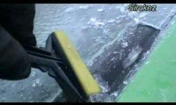 Automašīnas klāj ledus kārta