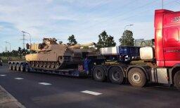 Video: Aculiecinieks Rīgas ielās pamana iespaidīgo tanku 'Abrams'