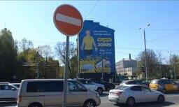Autovadītājs Rīgā ignorē 'iebraukt aizliegts' zīmi