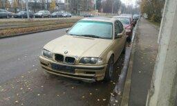 Foto: Iedzīvotāji atraduši BMW, kurš Juglā ietriecās citos auto un aizbēga