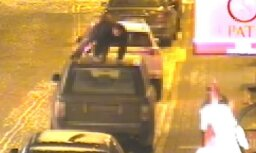 ВИДЕО: В Вецриге пьяный турист забрался на крышу чужой машины