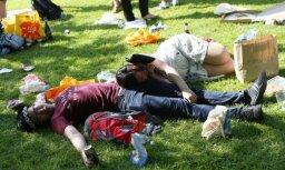 Saldsērīgi kadri: Britu studenti līksmo ikgadējā dzeršanas ballītē