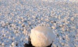 Carnikavas piekrasti klāj dīvaini, ideāli apaļi ledus veidojumi