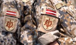 Latvijas karavīri ar militāro tehniku piedalās mācībās Solsberī