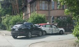Rīgā saskrējies taksometrs un apvidus auto