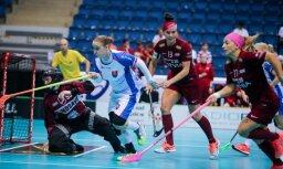 Foto: Latvijas florbolistes pēc dramatiska zaudējuma pasaules čempionātu noslēdz sestajā vietā