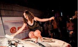 Foto: Vecrīgā notikusi pikanta auto mazgāšanas ballīte