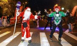 Minjoni un Ziemassvētku vecīši – nakts brauciens Rīgā pulcē tūkstošiem skrituļotāju