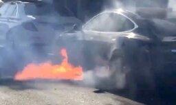 Video: Braukšanas laikā Losandželosā aizdedzies 'Tesla' elektromobilis