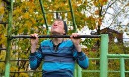 Fotoreportāža: Kā puikas un meitenes pie stieņa pievilkās