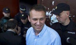 В Москве в Навального бросили синюю жидкость, а Улицкую облили зеленкой