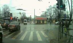 Video: Brīvības ielā saskrienas divi spēkrati