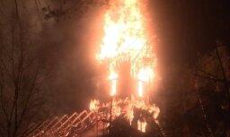 Video: Siguļos uguns liesmas aprij 280 gadus vecu koka dievnamu
