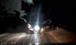 Video: Igaunijā BMW apdzenot aizķer citu auto un avarē