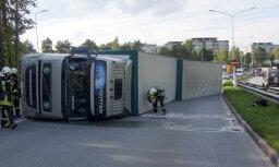 Foto: Viestura prospektā Rīgā avarējis smagais auto