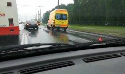 Video: Mopēdists Rīgā ietriecies divos stāvošos auto