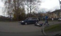Avārijas video: Rīgā motorolleris ietriecas automašīnā