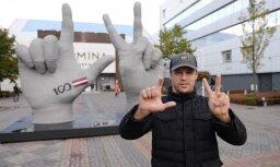 Foto: Par godu Latvijas simtgadei tapusi Maira Brieža roku skulptūra