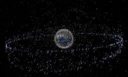 """Cпутник-""""чистильщик"""" впервые применил сеть для ловли космических объектов"""