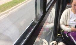 ФОТО: Почему автобусы Rīgas satiksme ездят с открытыми окнами?