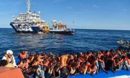 'Delfi' no Itālijas: Bēgļu luksusa laivas un dzīve 'teltī dubļos'