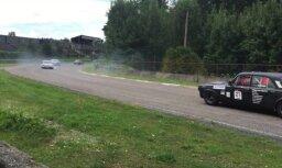 Video: Vēsturisko automašīnu sacensībās 'Dzintara Aplis' auto sanes līkumā