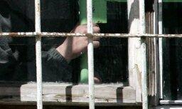 Vīrietim piespriež cietumsodu par izlikšanos par IDB šefu un specdienestu dokumentu viltošanu