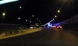 Uz Dienvidu tilta avārijā uz jumta apgāzusies automašīna
