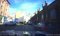 Video: Smagā automašīna nosprosto Matīsa ielu