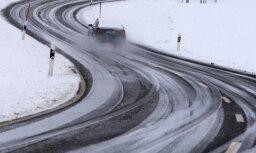 """Водителей предупреждают: на дорогах образовался """"черный лед"""""""