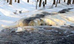 Fotoreportāža: Iecavas upe ledus skavās
