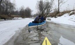 Foto: Piedzīvojumu meklētāji dodas tradicionālā Lieldienu laivu braucienā pa Rūju