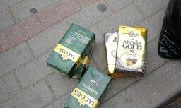 Aizdomās par vairāku kafijas un garneļu iepakojumu zādzību aizturēti divi vīrieši