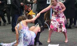 Foto: Britu jaunkundzes un lēdijas izklaidējas uz pilnu klapi