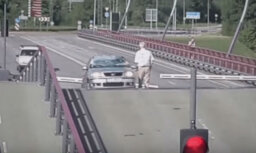 Iespējams arī Latvijā: komiskas ainiņas no Ventspils paceļamā tilta ikdienas