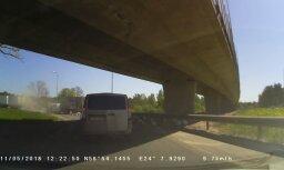Video: Pie Dienvidu tilta no kravas auto izbiruši spaiņi