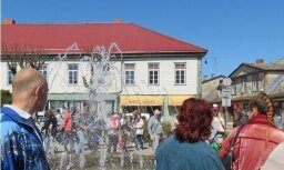 Foto: Tukumnieki, 'modinot' strūklaku, ieskandina Brīvības laukumu ar dziesmām un dejām
