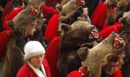 """ФОТО: в Румынии """"медвежьими танцами"""" запугали злые силы"""
