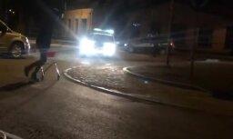 Video: Jēkabpilī jaunieši ar iepirkumu ratiņiem bēg no policijas