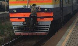 Foto: Aculiecinieks pieķēris 'bezbiļetnieku' uz vilciena Olaine-Rīga
