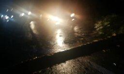 Video: Ceturtdienas vakarā uz Bauskas šosejas ceļu aizšķērsojuši lieli koki