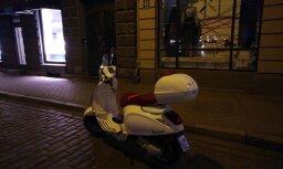 Motorollera atstāšana 10 minūtes uz ielas Vecrīgā lasītājam izmaksā 53 eiro