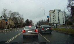 Video: Sarkanā gaisma Iļģuciemā nespēj apturēt steidzīgu BMW