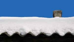 Sniega kupenas uz jumta – speciālista padomi tā tīrīšanā